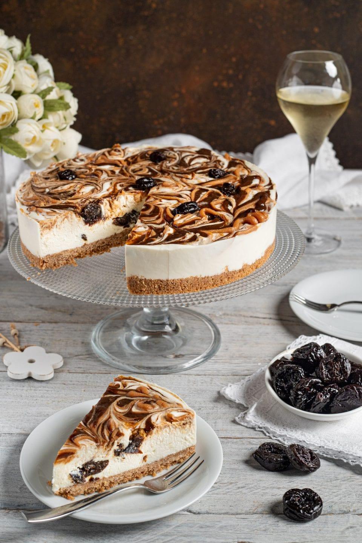 Fetta di cheesecake alle prugne e al caramello salato