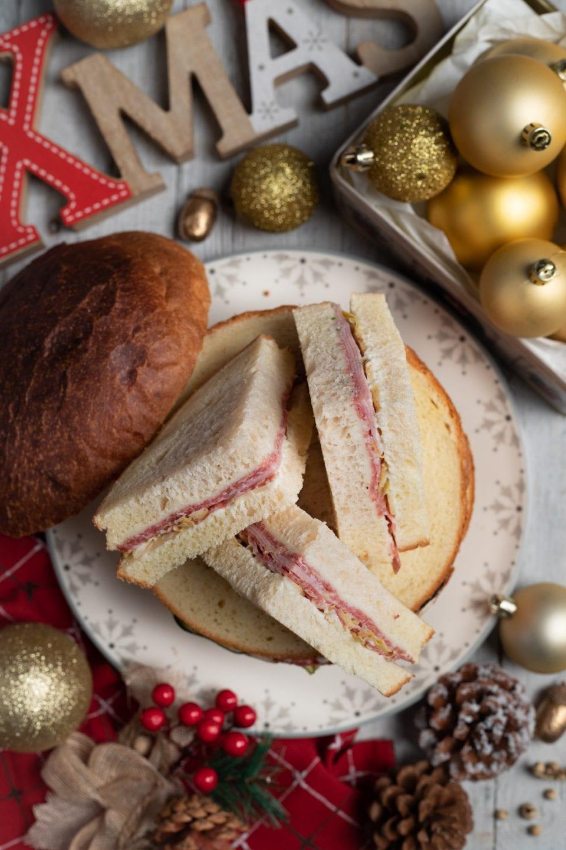 Fette di panettone gastronomico su sfondo natalizio