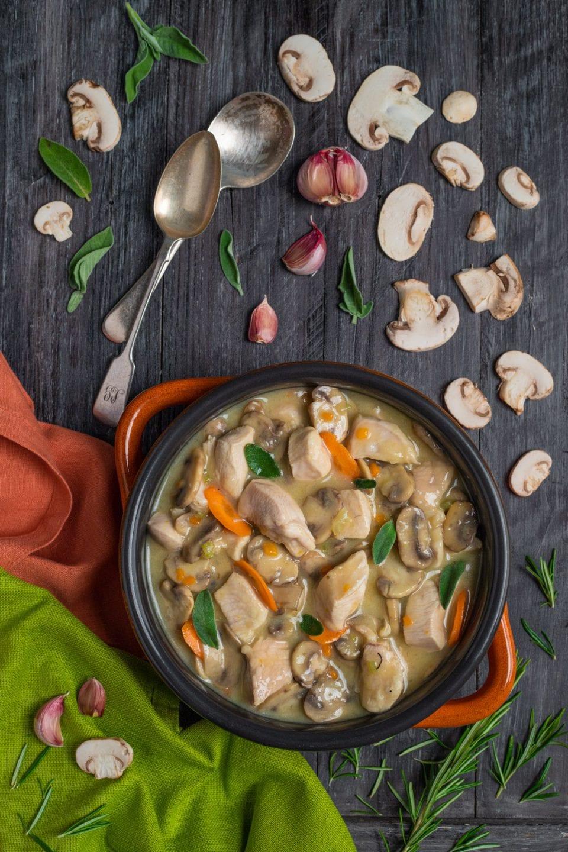 Piatto di spezzatino di pollo e funghi