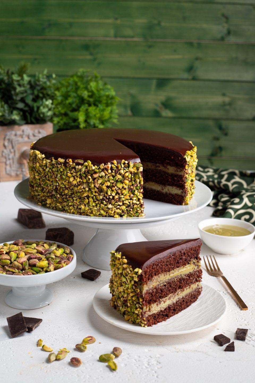 Fetta di torta al cioccolato e pistacchio