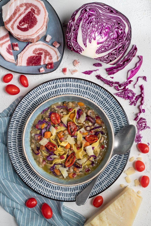 Piatto di zuppa alla toscana con tagliatelle
