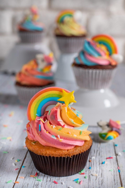 Cupcake con farcia arcobaleno su alzatine