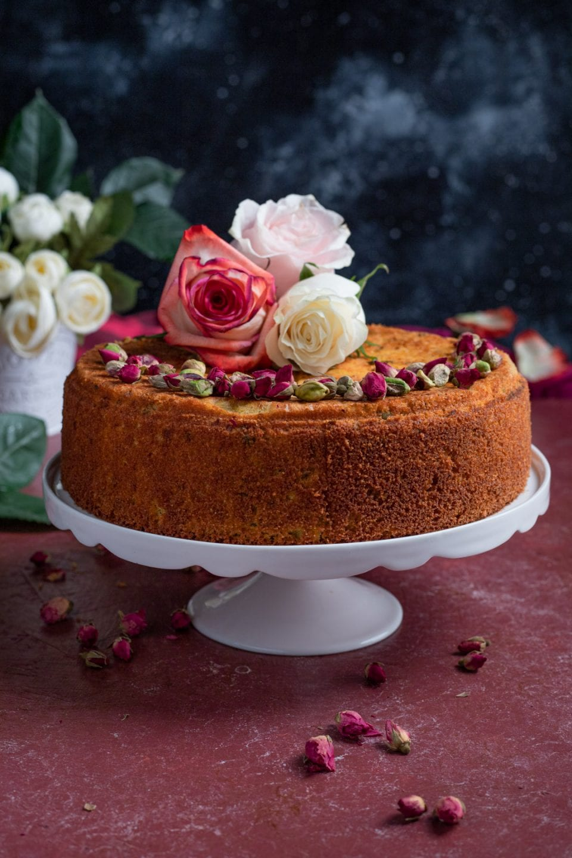 torta con fiori su alzatina