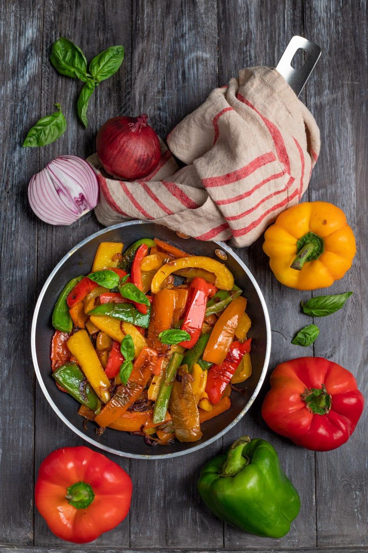 Piatto con falde di peperone colorate
