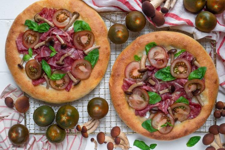 Pizza con carne salala e pomodoro Camone