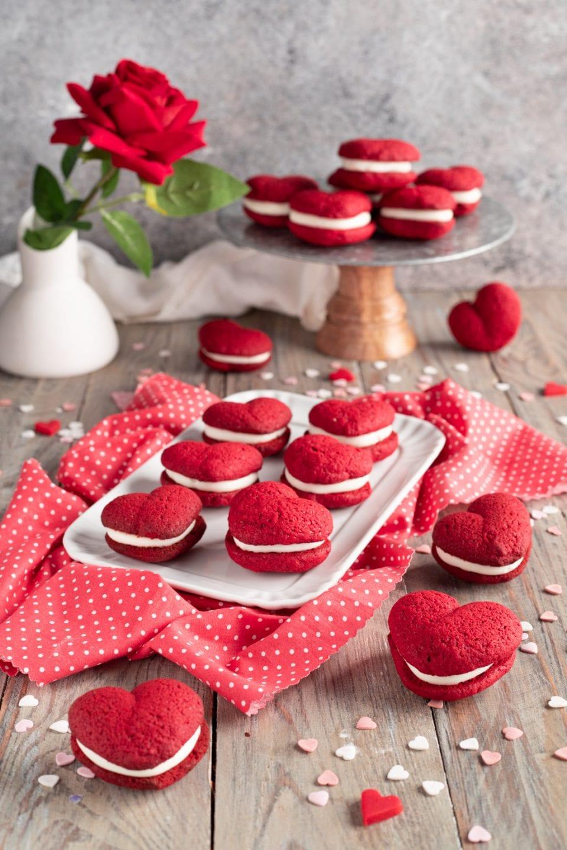 Cuori rossi di red velvet su vassoio e alzatina