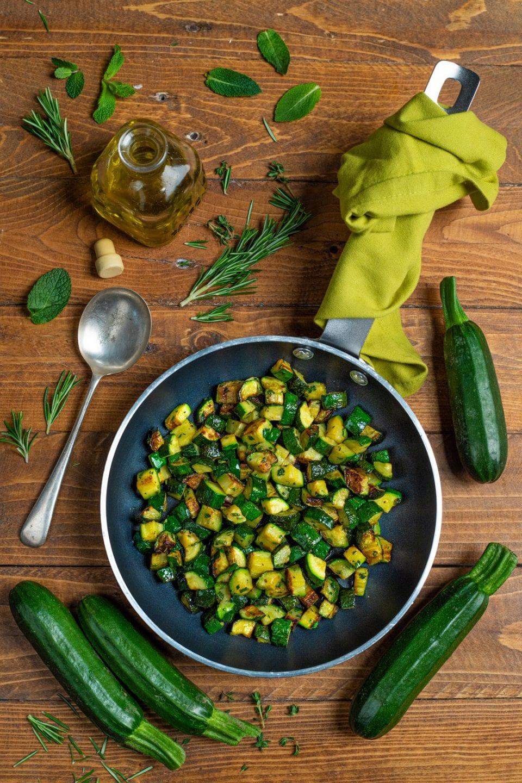 Piatto con dadini di zucchine in padella