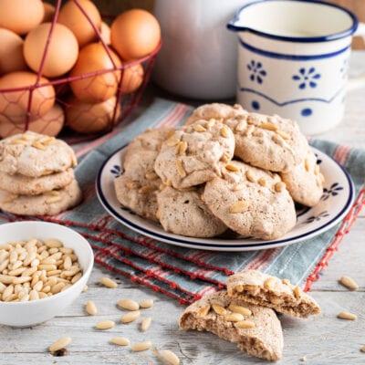 Piatto con birbanti biscotti ai pinoli