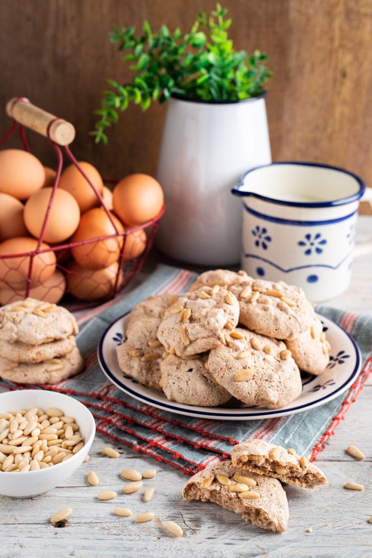 Piatto con biscotti ai pinoli limone e cannella tipici umbri