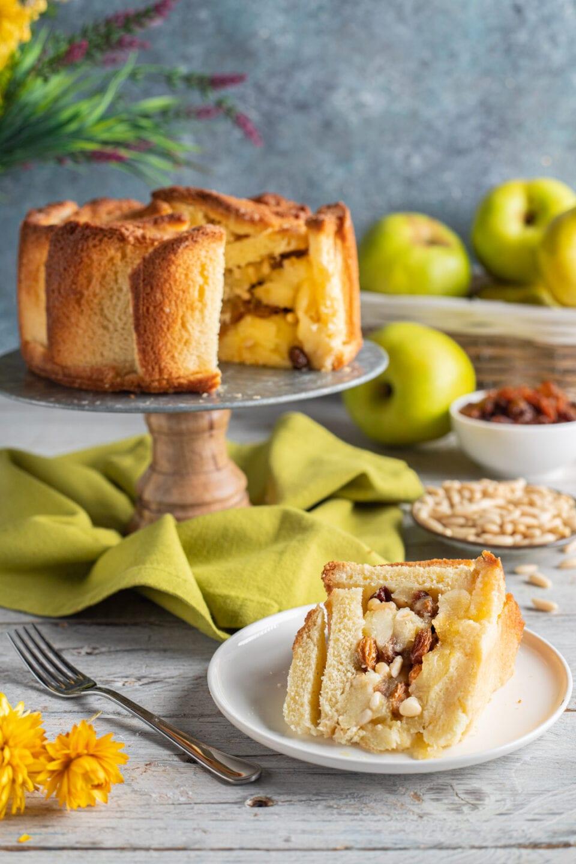 alzatina con charlotte alle mele e fetta in primo piano