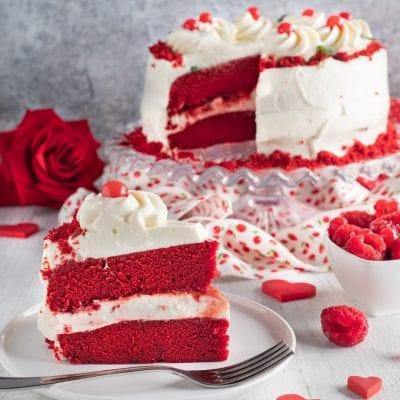 torta red velvet su alzatina e fetta