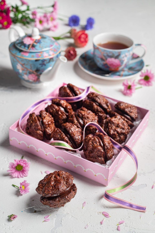 scatola con biscottini al cioccolato