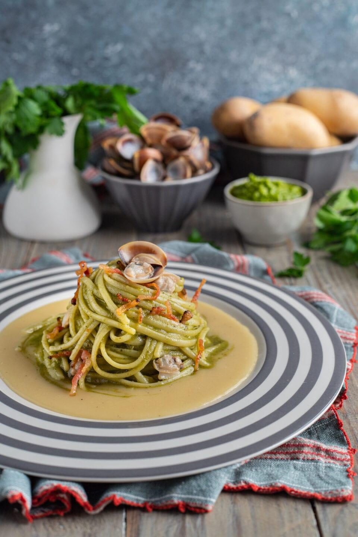 Piatto con linguine vongole e verdure