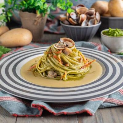 Piatto con linguine e verdure