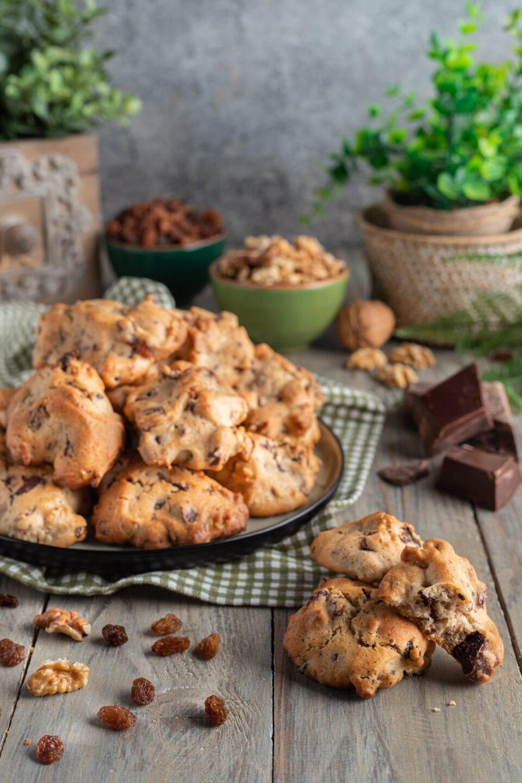 Biscotti al cioccolato e noci abruzzesi su piatto