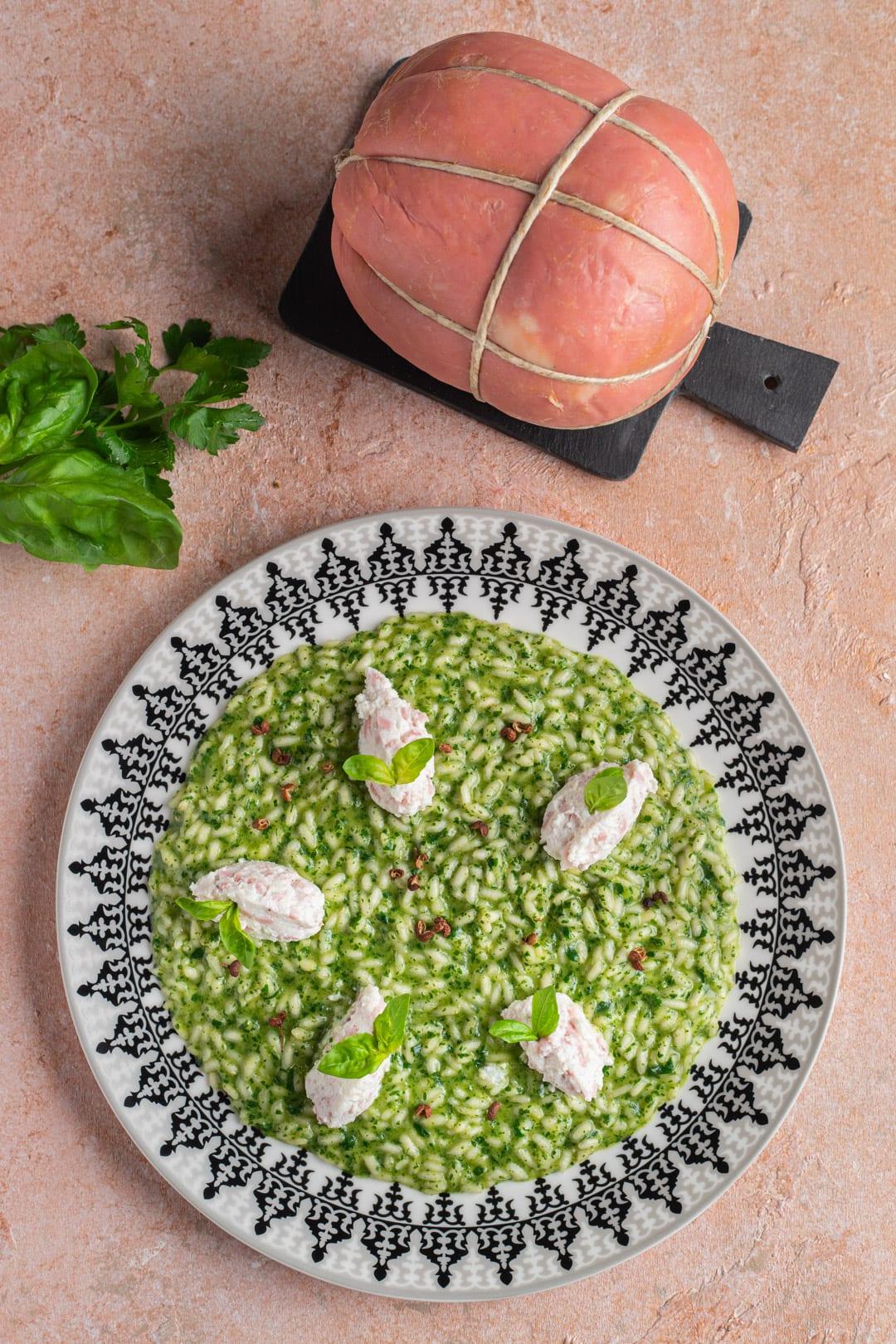 piatto con risotto verde e quenelle di ricotta