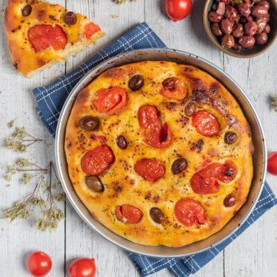 teglia di focaccia con pomodorini e olive