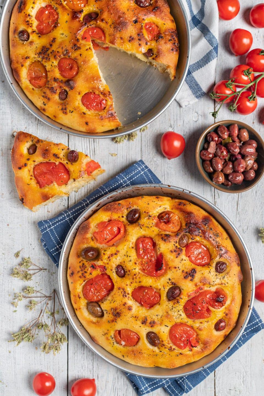 teglia con focaccia con pomodorini e olive