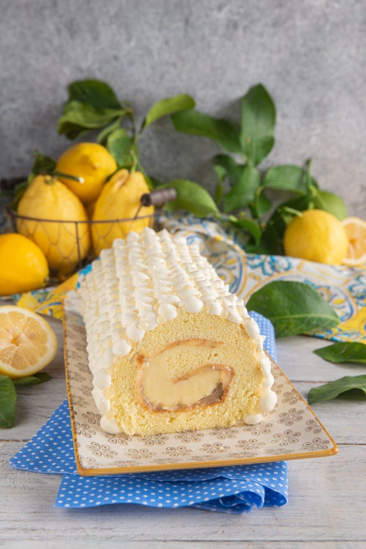 Rotolo al limone su vassoio