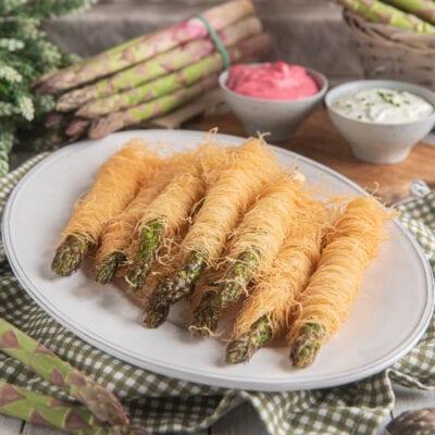 asparagi in pasta kataifi su piatto bianco
