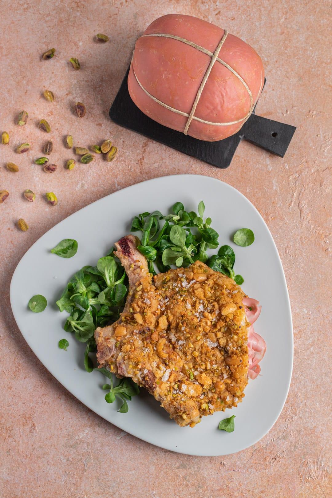 costoletta tipo milanese su letto di insalatina