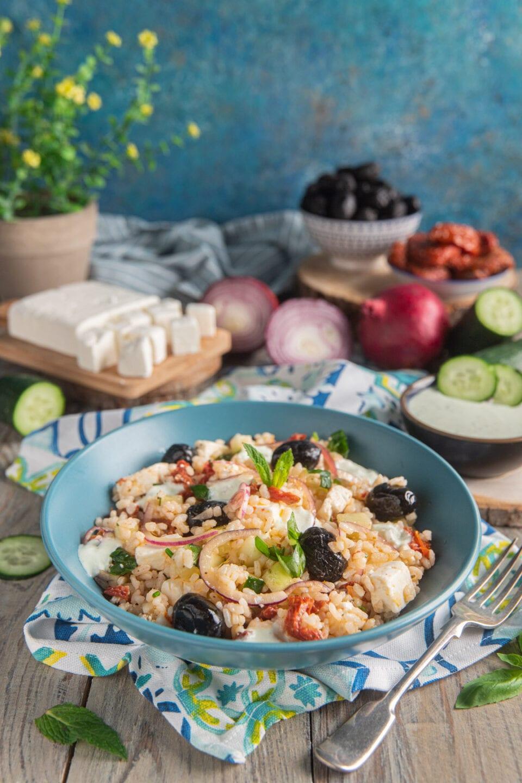 Piatto blu con insalata di riso estiva
