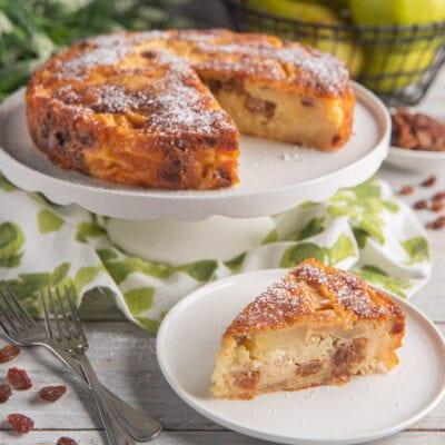 torta di mele su alzatina