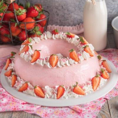 bavarese rosa con decorazione di fragole su piatto