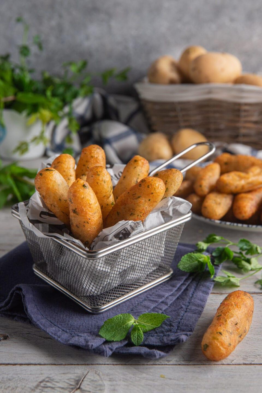 cestino con crocchette di patate fritte