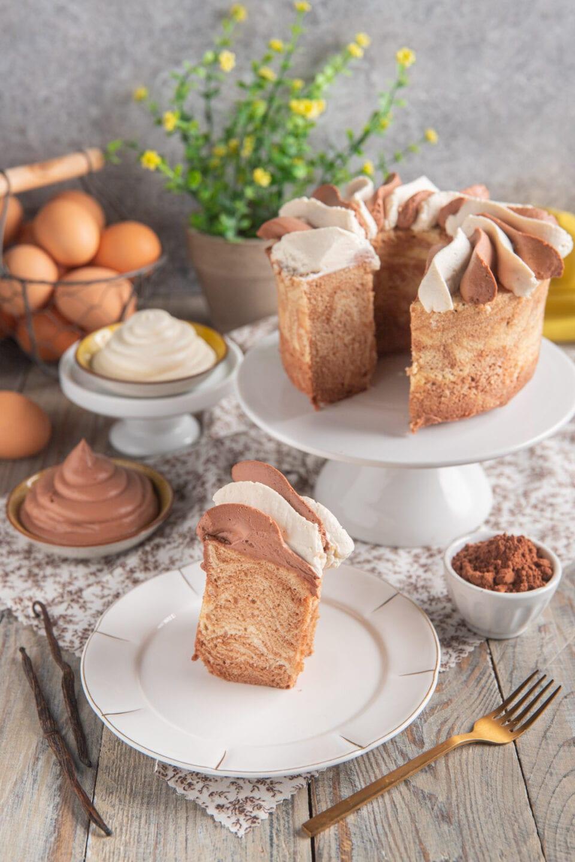chiffon cake su alzatina con fetta in primo piano