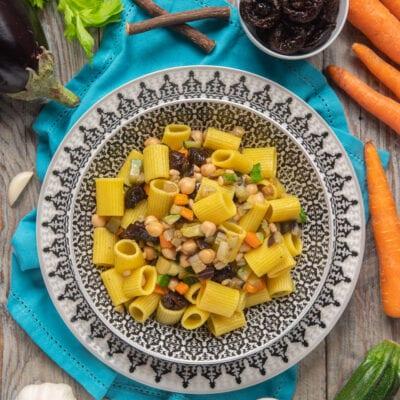 piatto etnico con insalata mediorientale