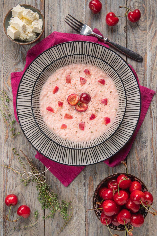 piatto con risotto alle ciliegie