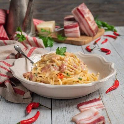 Piatto con spaghetti alla molisana pecorino e pancetta