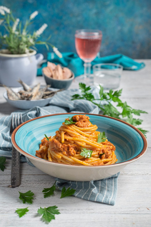 spaghetti al tonno in piatto blu