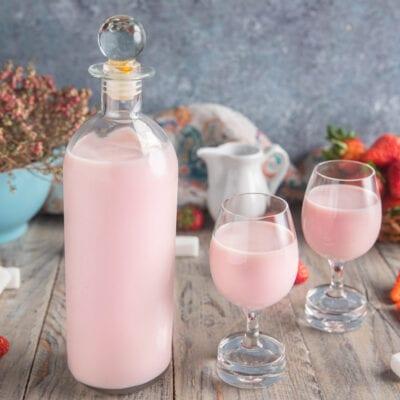 bottiglia con liquore panna e fragola