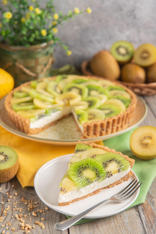 Fetta di crostata senza cottura con kiwi