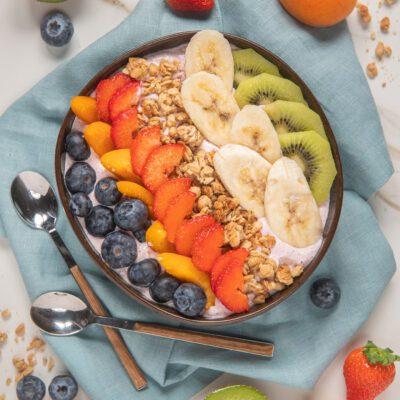 acai bowl con mirtilli, fragole, granola e kiwi